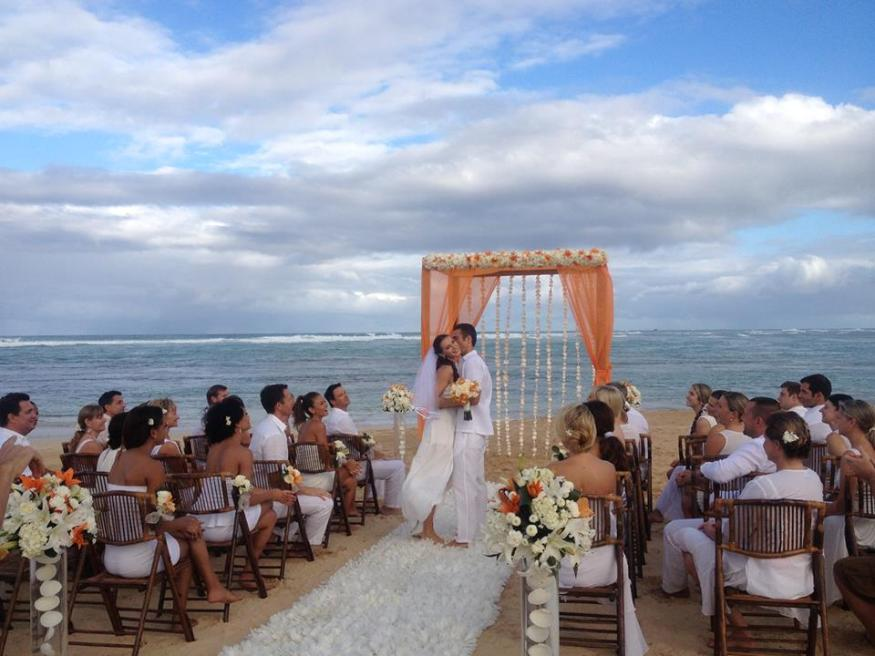 What an absolutely perfect beach wedding. Thanks for sharing Lisa U.!